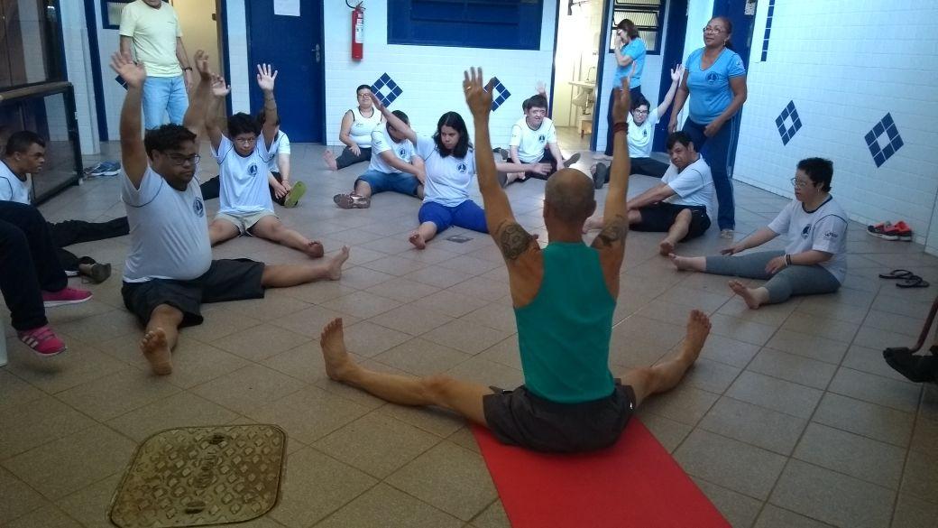 Instrutor de Yoga Emanuel em prática com os assistidos.