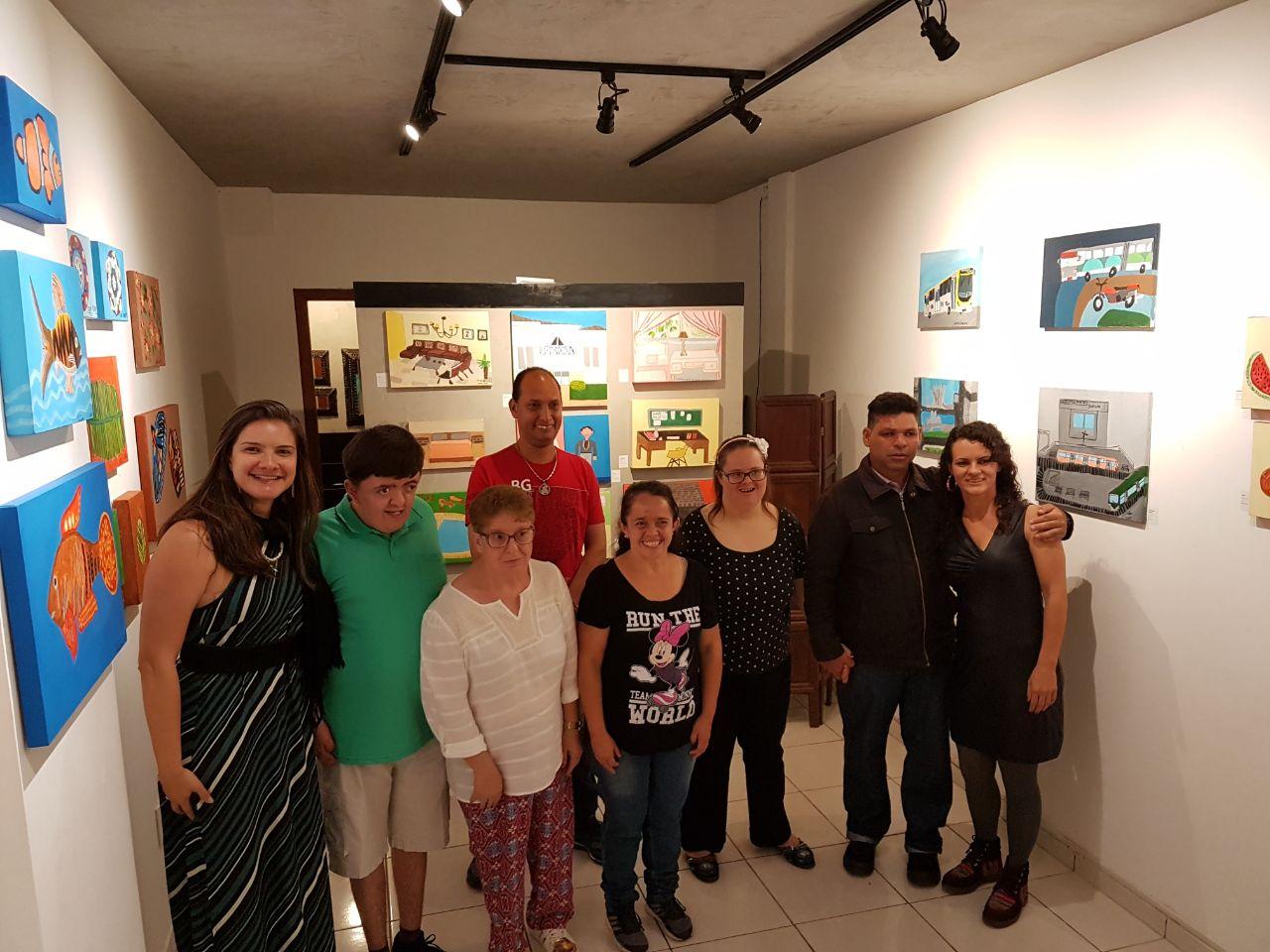 Nossa Coordenadora acompanhando os nossos artistas em sua primeira exposição de pinturas autorais, juntamente com a nossa Professora de Artes.